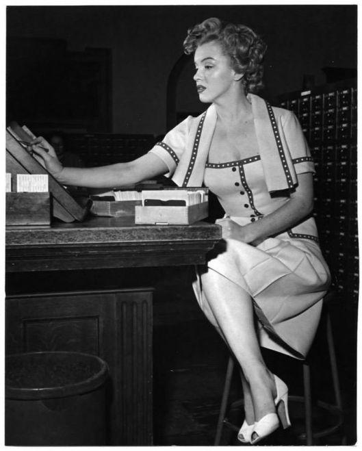 Marilyn Monroe zoekt naar een boek in de catalogus van een UCLA-bibliotheek in Los Angeles