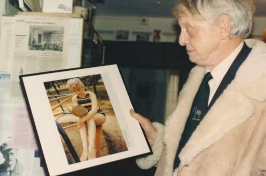 De schrijver Anthony Burgess met een afbeelding van Marilyn Monroe en het boek Ulysses van James Joyce
