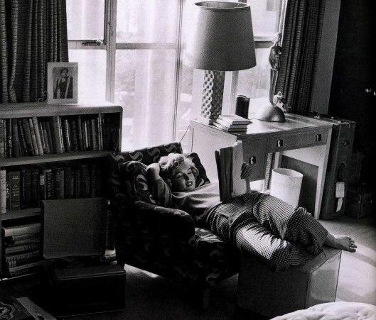 Marilyn Monroe thuis lezend in Geo.