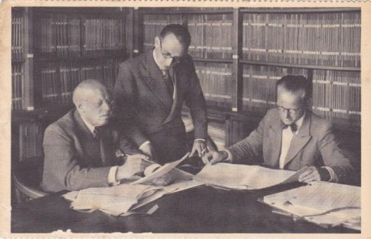 Oude ansichtkaart van de muziekbibliotheek in Hilversum met als gebruikers Josef Holzer, Benedicht Silbermann en Hugo de Groot
