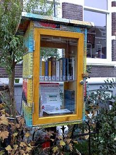In Nijmegen staat de eerste minibibliotheek in de voortuin van een huis