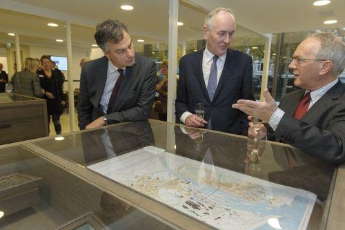 Bij de opening van het vernieuwde Nooerd-Hollands Archief. V.l.n.r. burgemeester Bernt Scheiders van Haarlem, commissaris provincie N.H Johan Remkes en directeur Lieuwe Zoodsma.