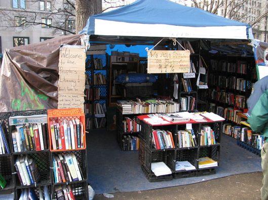 Foto van Occupy bibliotheek in New York voor de vernietiging