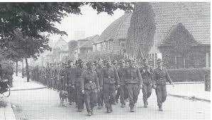 Gedemoraliseerde Duitse soldaten druipen 6 mei 1945 af via de Postlaan richting 'die Heimat'