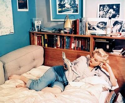 Marilyn Monroe thuis lezend op bed.