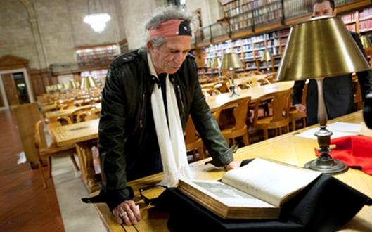 Keith Richards bekijkt een boek in de New York Public Library