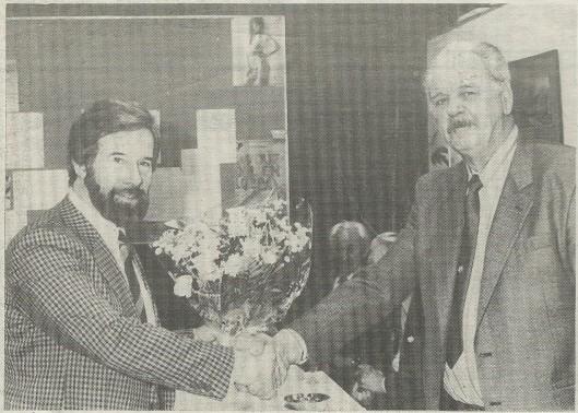 Een bekende figuur bij de afdeling reiniging en vervoer in Heemstede was de heer Arie Stolk. Geboren op 27 november 1931 kwam hij 1 januari 1965 in dienst van de gemeente Heemstede. Hij was 'de vrolijke noot in de club' Bij zijn 25-jarig jubileum werd hij door directeur W.J.Kraayenga in de bloemen gezet (foto Henk van den Ende)