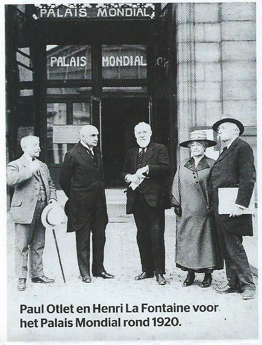 Henri la Fontaine en Paul Otlet (rechts van hem - met baardje) voor het Palais Mondial rond 1920