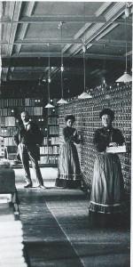 Twee werkneemsters bij de kaartenbakken die miljoenen kaartjes met bibliografische beschrijvingen hebben bevat.