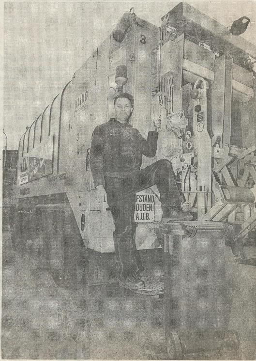 In 1990 nam Jan Brouwer afscheid als vuilnisman vanwege chronische rugklachten. Hij was in de jaren zeventig begonnen met het ophalen van vuilnis in zinken emmers. later stonden de grijze vuilniszakken op de stoep en intussen rijden rolemmers de straat op. In een afscheidsartikel in het H.D. van 11-12-1990 luidt de kop 'Welvaart ligt in vuilniszak''. Het heeft hem verbaasd wat mensen allemaal weggooien, vaak nog allerlei goed bruikbare spullen tot een antieke koffiemolen en een oud bakelieten telefoontoestel aan toe...