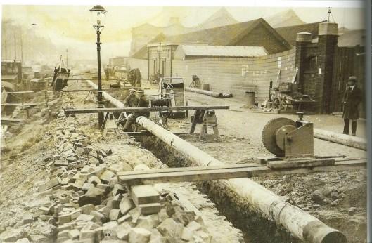 De aanleg van gasbuizen in de buurt van de Amsterdamse Poort omstreeks 1934