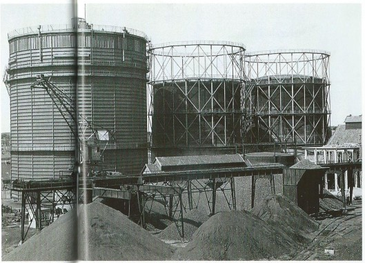 Luchtfoto van het Haarlems GEB/gasbedrijf uit 1950