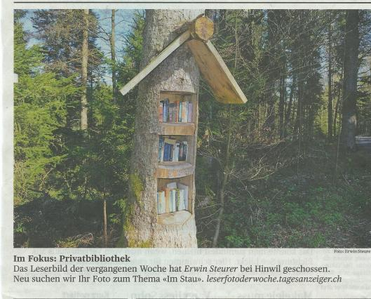 Een 'little free library' in het bos. Uit: Tages-Anzeiger (Zürich), 16 April 2014