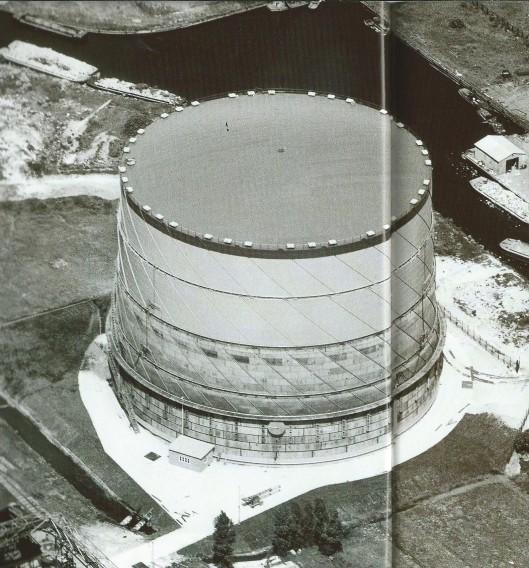 De schroefgashouder in Haarlem is in 1961 in bedrijf gesteld en bood een opslagvermogen van 100.000 kubieke mater.
