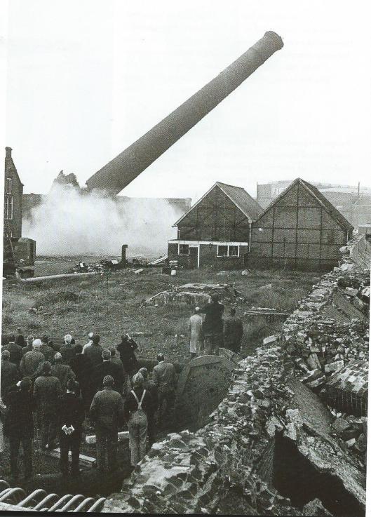 De schoorsteen van de lichtfabriek Haarlem is in 1970 opgeblazen.