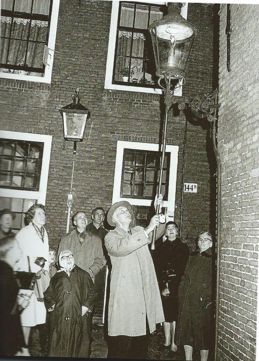 Op 4 november 1965 doofde wethouder D.A.J.Spek de laatste gaslantaarn bij het Proveniershofje in Haarlem.
