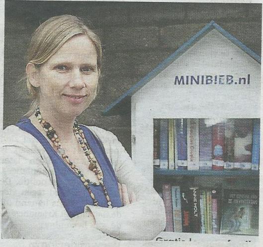 Mirjam Goudswaard voor haar bieb in Oud-Beijerland. Uit: De Telegraaf van 1 december 2014. 'Al meer dan 300 minibiebs in ons land' (foto Roel Dijkstra)