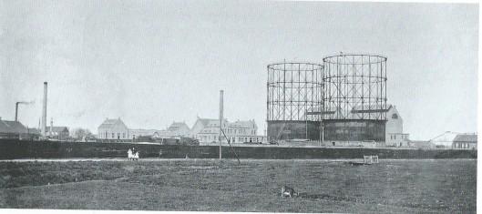 Zicht op de gasfabriek in de Veerpolder te Haarlem. Achter de industrieën begonnen de weilanden.
