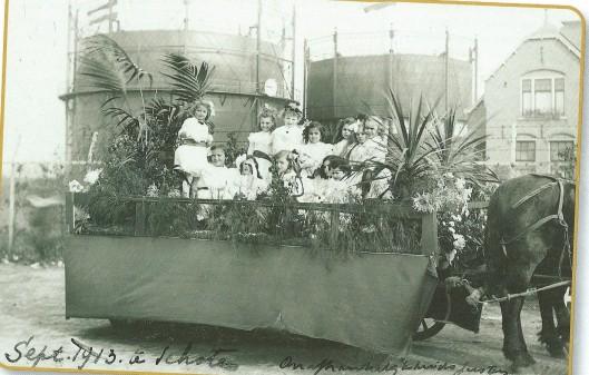 September 1913 zijn de onafhankelijksfeesten gevierd ter herinnering aan 100 jaar bevrijding van de Franse bezetting. Op deze praalwagen zien we twee gashouders van de Schoter gasfabriek aan de Transvaalvaart (NHA)