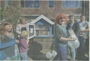 12 mei 2015 is een 'buurtbieb' door schrijfster Lilian Blom geopend in de Ctoesestraat, Ramplaankwartier Haarlem (Haarlems Dagblad, 13 mei 2015, foto Paul Vreeker)