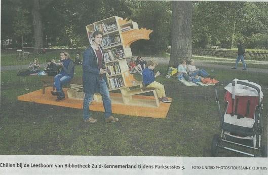 Een door de Bibliotheek Zuid-Kennemerland geplaatste leesboom in de Haarlemmerhout (Haarlems Dagblad, 31 juli 2015)