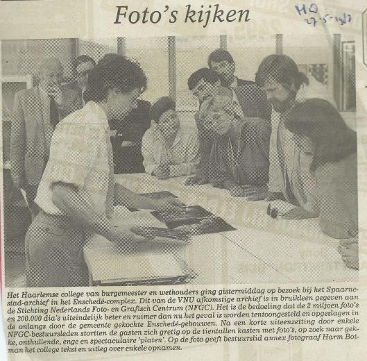 Harm Botman toont foto's uit het Spaarnestad-Archief (Haarlems Dagblad, 27 mei 1983)