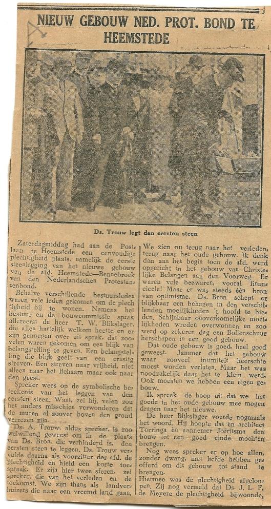 Knipsel uit een krant, gedateerd 9 augustus 1926, waarin de eerste steen legging door dominee Trouw wordt bericht. De naam van de aannemer worst abusievelijk Torringa genoemd in plaats van Tuininga.