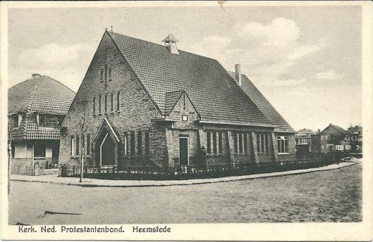 Prentbriefkaart met kerkgebouw Ned. Protestanten Bond en links het huis Postlaan 18. Uitgave van Weduwe A.Zwart, Heemstede