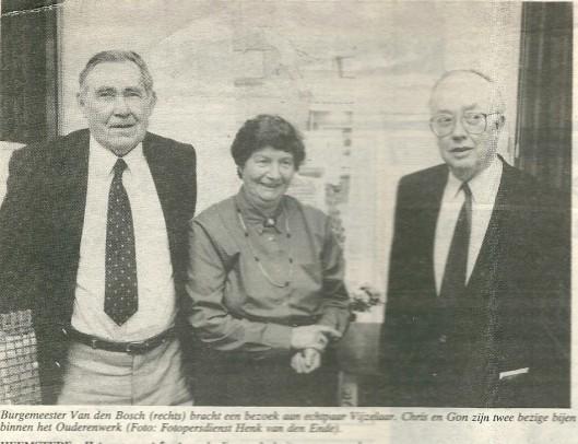 Toen Chris Vijzelaar een halve eeuw was getrouwd met zijn Gon wijdde Heemstede Centraal daar een artikel aan op 8 maart 1991. Hij vertelde in 1980 toen hij 65 jaar werd met pensioen te zijn gegaan. Hij had er 50 jaar opzitten bij de gemeentereiniging. Chris was 15 jaar toen hij bij de gemeente begon na eerst een paar jaar loopjongen te zijn geweest bij een banketbakker. Hij voetbalde bij HFC Heemstede en zqat ook nog in het bestuur en zijn echtgenote was lid van de VAC-Vrouwen Adviesciommissie. jarenlang waren ze allebei actieve vrijwilligers in het Dienstencentrum.