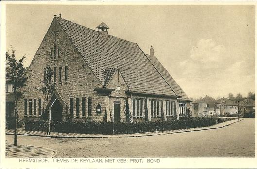 Ansichtkaart uit circa 1930 van gebouw Ned. Protestanten Bond, Postlaan 16 met zicht op Lieven de Keylaan. Uitgave van leesbibliotheek M.van Eijk, Heemstede