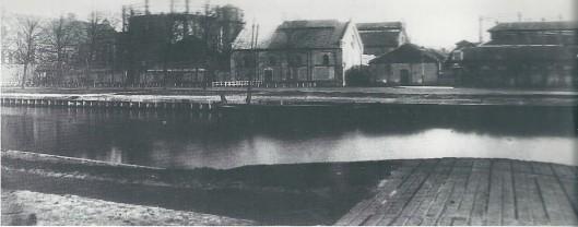 Al in 1835 kreef de Continental Gas Association van de gemeente Haarlem concessie om de stad van gas te voorzien. Aan de Zijlvest is een gasfabriek gebouwd. Foto van vlak voor de sluting in 1902 toen de gemeentelijke gasleverantie door de zogeheten Lichtfabriek aan de Harmenjansweg tot stand kwam. (NHA)