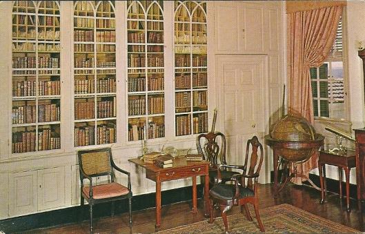 De bibliotheek van George Washington in diens landhuis in Mount Vernon. De boeken in de kasten zijn merendeels duplicaten van publicaties die de eerste president bezat. De originele boeken gingen grotendeels naar de Boston Atheneaum Library.