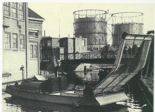 In 1877 is in Haarlem een gemeentereinigingsdienst ingesteld. Foto uit 1928 van eerste motor-visvlet van de Reniging uit 1928 tijdesn proefvaart in de later gedempte Oostersingelgracht. Op de achtergrond twee gashouders