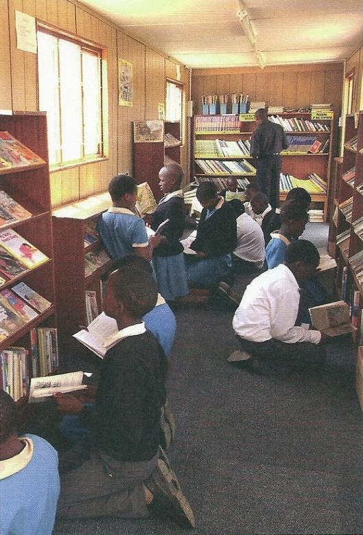 Een Afrikaanse bibliotheek, met boeken ondersteund door Biblionef
