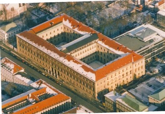 Het hoofdgebouw van de Bayerische Staatsbibliothek aann de Ludwigstrasse is tussen 1832 en 1843 onder architectuur van Friedrich von Gärtner gebouwd in de Florentijnse paleisstijl uit de voege Renaissance (Panoramafoto BSM/M.Prugger)
