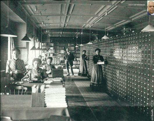 Het Mundaneum in Brussel in vol bedrijf in 1910. De wandenlange kasten bevatten het classificatiesysteem op kaartjes