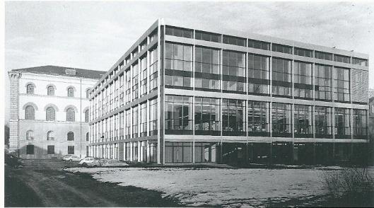 In 1944-1945 is ongeveer 85% van de Bayersiche Staatsbibliothek verwoest; in de naoorloogse jaren herbouwd. In 1968 kwam deze aanbouw in het zuidoosten, aan de achterzijde van het gebouw gereed.