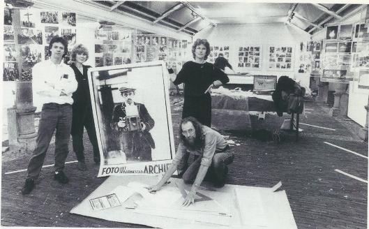Om de Haarlemmers kennis te laten maken met Spaarnestad Fotoarchief in in 1986 een tentoonstelling ingericht in de Vishal Links samensteller Harm Botman