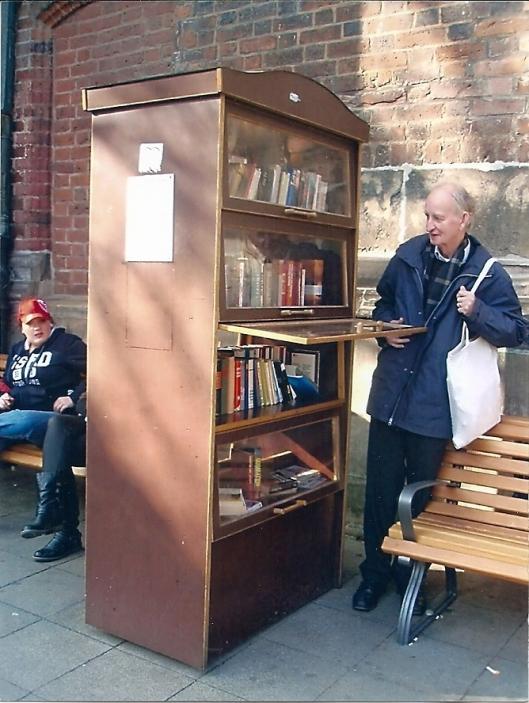 Een kast waaruit men gratis boeken mag meenemen in Hannover