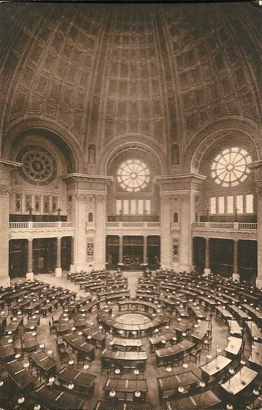 Interieur van de koepelleeszaal op een kaart van voor de verwoesting in 1945