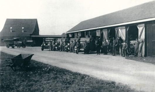 Het personeel van de gemeentelijke reiniging op een foto uit 1939. Met alle personeelsleden en in het midden met pet  staat voorman J.Kramer. Naast 3 paarden en ophaalwagens beschikte de dienst intussen over 5 vrachtauto's. De werkplaatsen aan de Cruquiusweg zijn later afgebroken.