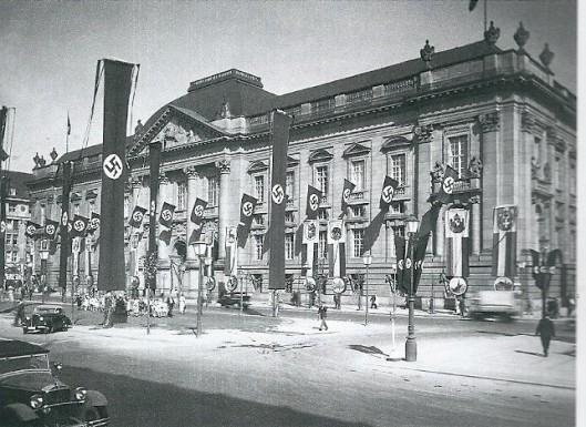 De Pruisische Staatsbibliotheek in Belijn met vlaggen tijdens de Olympische Spelen van 1936