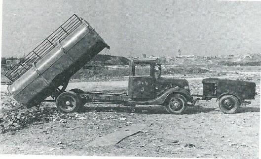 Tijdens de bezettingstijd kreeg de door Gatsonides ontworpen gasgenerator veel belangstelling in de provincie. Op deze afbeelding een gasgenerator in gebruik voor de aandrijving van vuilniswagens van publieke werken in Zandvoort.