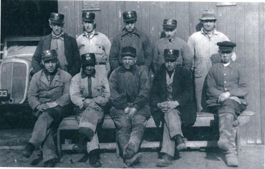 Het personeel van de reiniging vermoedelijk in 1939 met o.a. J.Kramer, J.V.v.d.Hulst, A.W.Slager, Th.Duindam, W.A.Touw, W.I.Driessen, A.J.Jansen