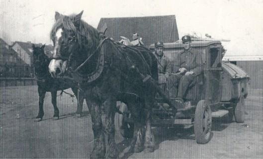 De reiniging rijdt uit, circa 1943, Links W.Driessen en rechts L. Janzen