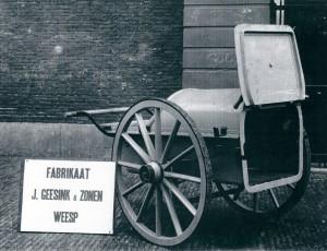 Nieuw materieel voor de gemeentereiniging geleverd door de firma Geesink & Zonen uit Weesp