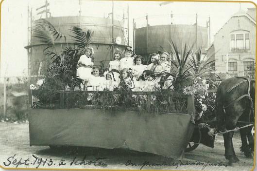 Feestelijkheden in september 1913 bij gelegenheid van 100 jaar bevrijding van Franse bezetting. Op de achtergrond de twee gashouders van de gasfabriek Schoten aan de Transvaalbuurt (foto Noord-Hollands Archief)