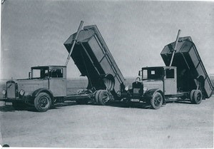 Vrachtagens met hydraulische apparatuur in werking