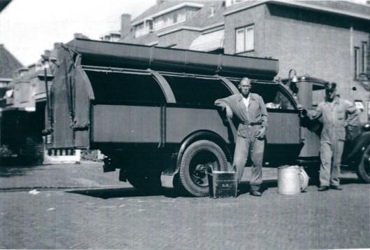 Met één van de 'oude' vuilniswagens op pad