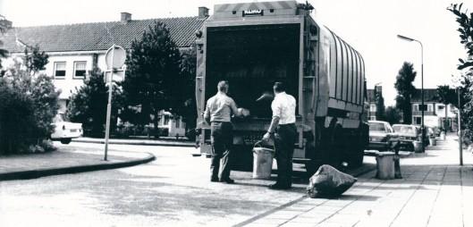 Met nieuwe vuilniswagens maar nog met ouderwetse afvalbakken van ijzer